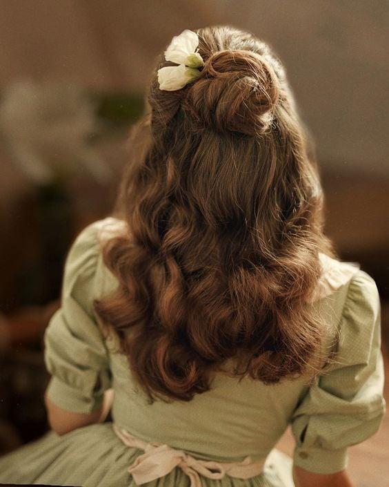 Peinado con media coleta ;15 Peinados para ser la nueva Daphne Bridgerton