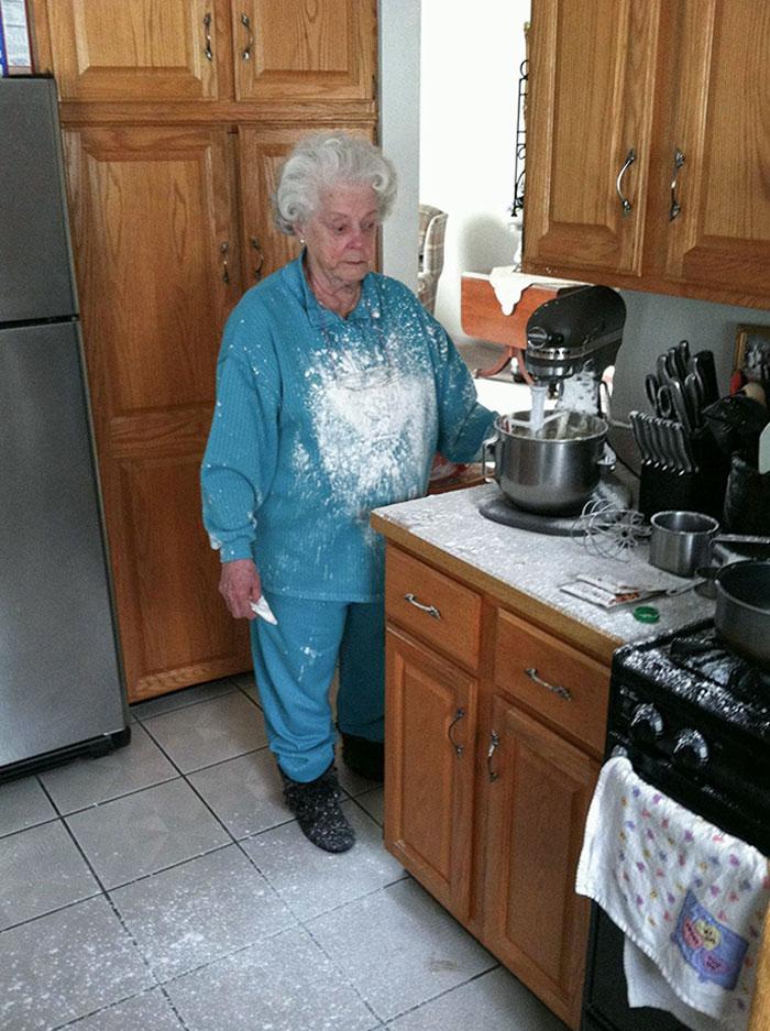 abuela en la cocina; 17 Abuelitos que tuvieron divertidos problemas con la tecnología