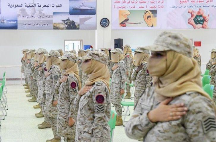 Primeras mujeres del ejercito saudi en formación