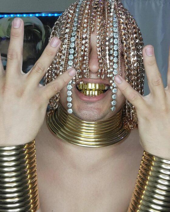 Rapero Dan Sur con cadenas implantadas en el cuero cabelludo