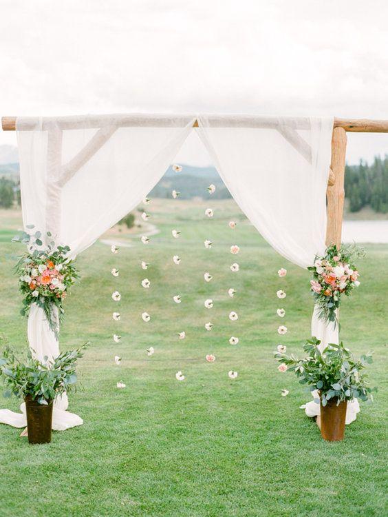 altar con cortinas de flores ;15 Altares de boda que te harán decir: 'Sí, acepto'