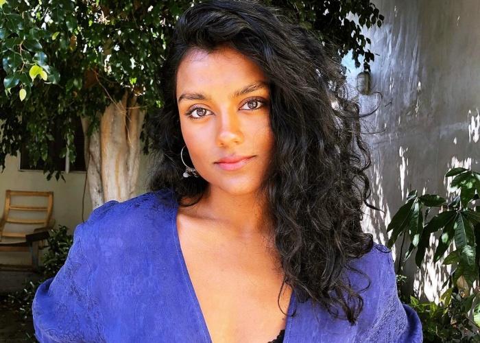 Simone Ashley es Olivia Hanan