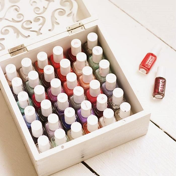 organizadores de esmaltes de acrílico, cajitas de madera blancas, frascos de vidrio, repisas, cajas de vidrio cortado, cajones con organizadores en secciones