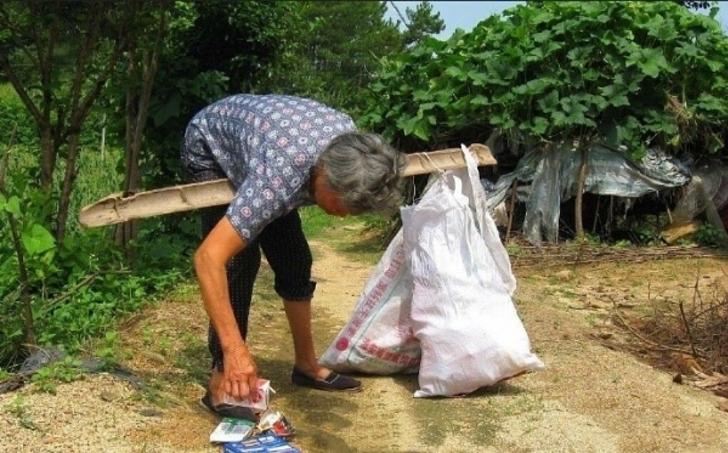 Mujer frente a una casa; Adoptó a bebé abandonada y 25 años después, ella le agradece con una casa