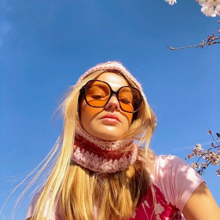 chica, chava, muchacha con cabello largo, corto, lacio, chino rubio, castaño, oscuro, claro con lentes de sol, gafas azules, rosas, amarillas, verdes, top tejido, blusa sesentera