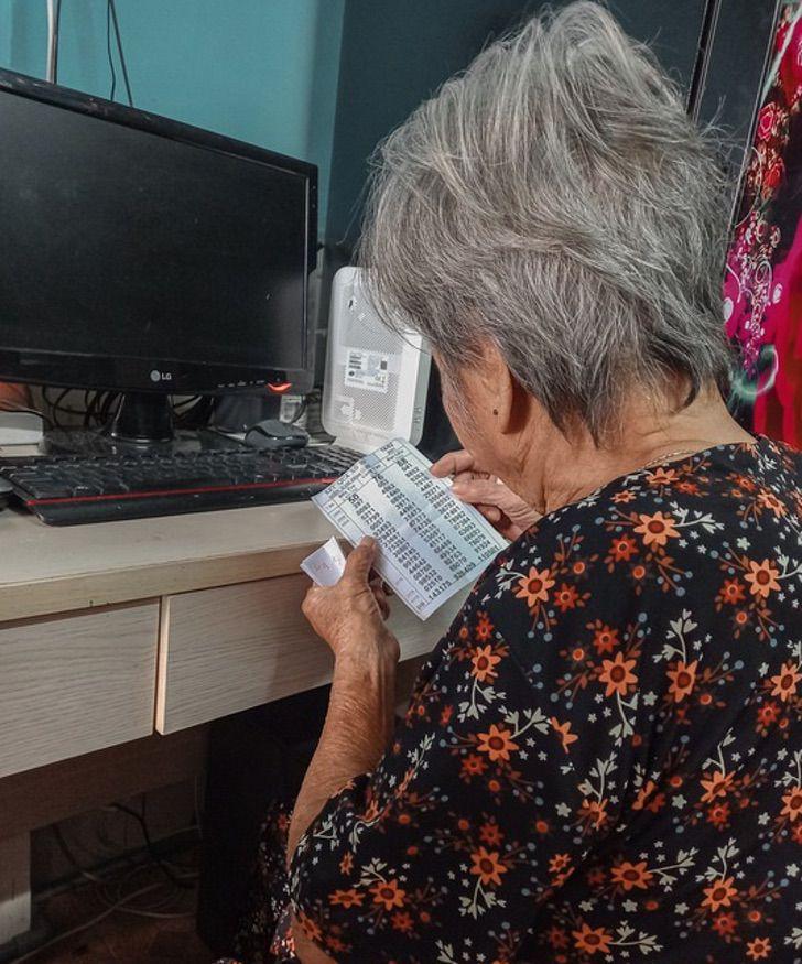 Abuelita de 93 años termina la primaria con la ayuda de su bisnieta