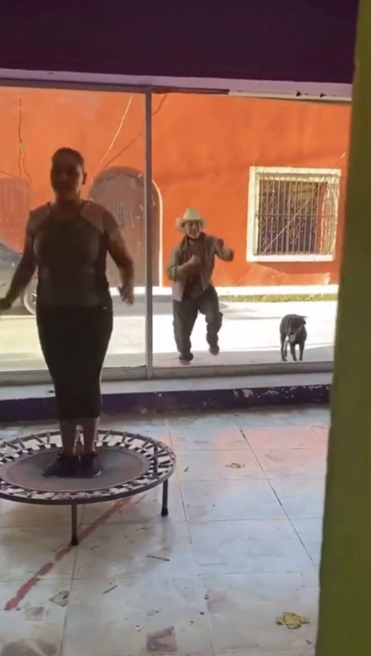 Abuelito bailando fuera de un salón; Abuelito sorprende al bailar junto a mujeres que hacen ejercicio y contagia alegría