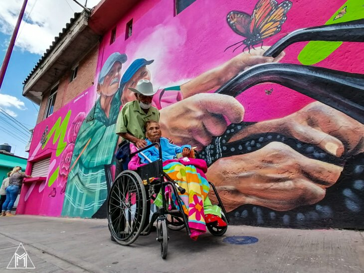 Abuelitos que protagonizan un mural en México
