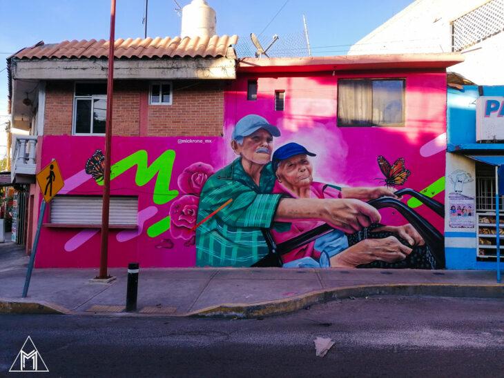 Mural de dos ancianitos pintado por un artista urbano