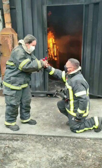 Bomberos comprometiéndose en un entrenamiento