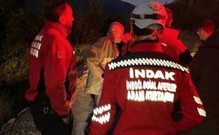 Grupo de rescate buscando a un hombre en un pueblo