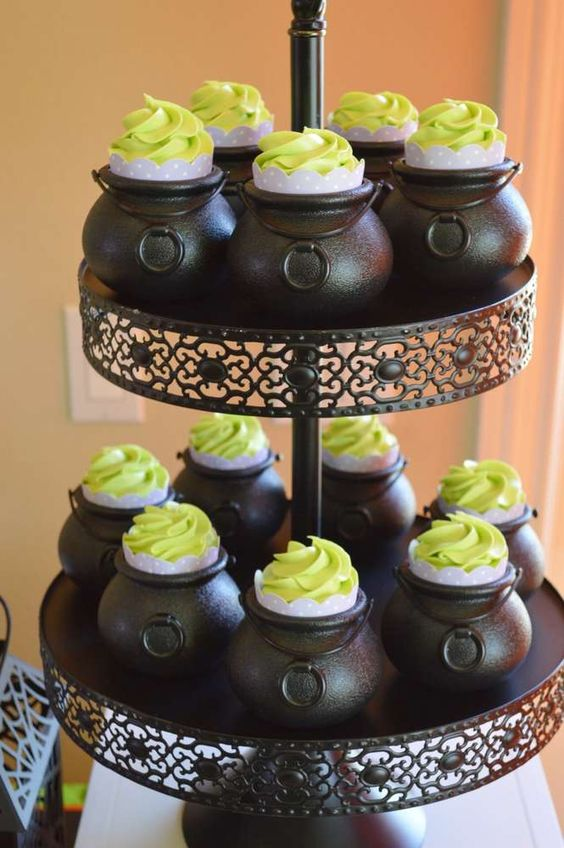 cupcakes de matcha ;18 Ideas para celebrar tu baby shower en Halloween