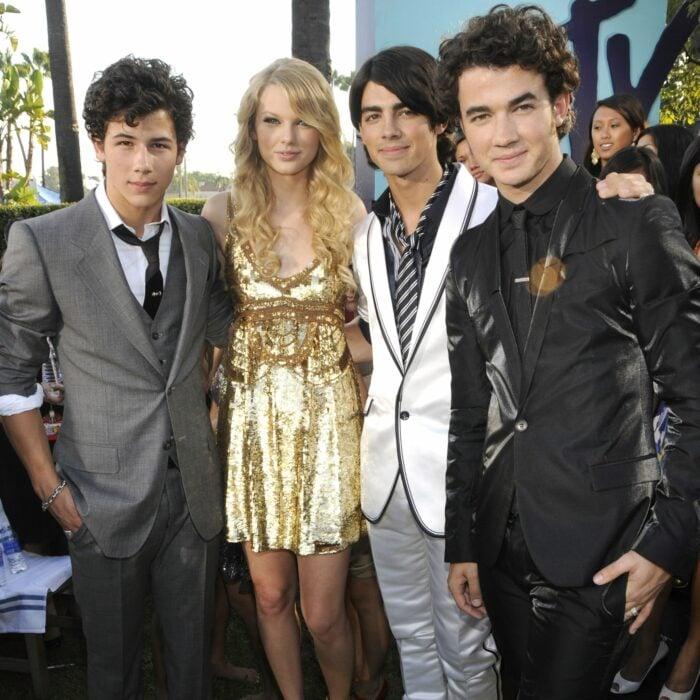 Hermanos Jonas y Taylor Swift posando juntos para una fotografía