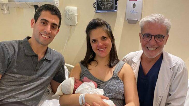 Mujer tuvo dos hijos con el método tres padres