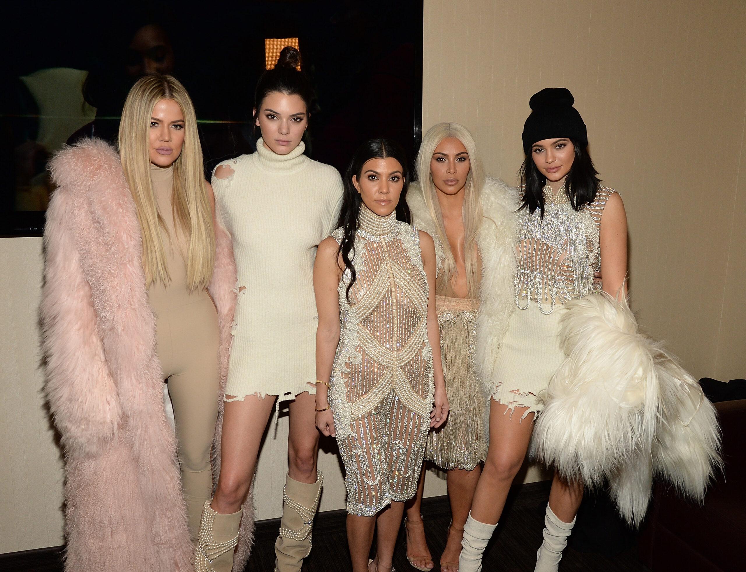 Hermanas Kardashian Jenner; Kim Kardashian debuta en 'SNL' con un irreverente monologo que puso a reír a internet